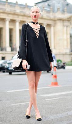 Street style look com vestido preto e sapatilha.