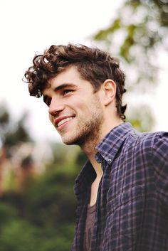 en snygg ung skäggig kille som har ett skönt leende på sig!:D