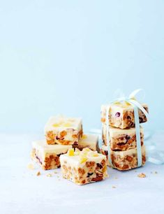 Try our ginger tiffin recipe with cranberry. This easy tiffin recipe is a simple tiffin recipe. Make these tiffin bites for an easy white chocolate tiffin Edible Christmas Gifts, Xmas Food, Edible Gifts, Christmas Cooking, Christmas Recipes, Christmas Cakes, Cake Pops, Fridge Cake, Tiffin Recipe