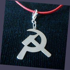 Colgante comunista de gran belleza y diseño, un hoz y martillo único y emblemático, para ambos sexos. Viene acompañado con un cierre extraíble y un cordón de cuero con cierre en color rojo intenso. Peso aproximada de 10g. Medidas aproximadas  3cm x 2,5cm.