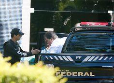 """Segundo a PF, um integrante da CPI da Petrobras no Senado e da CPI mista da estatal teria """"atuado de forma incisiva no sentido de evitar a convocação de empreiteiros para prestarem depoimento, mediante a cobrança de pagamentos indevidos travestidos de doações eleitorais oficiais em favor dos partidos de sua base de sustentação"""".  Gim Argello era o vice-presidente da Comissão, que funcionou em 2014. O ex-senador era próximo da presidente Dilma –os dois já foram parceiros de caminhadas."""