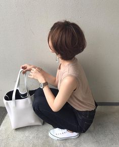 Image may contain: one or more people, people sitting and shoes Mom Haircuts, Layered Bobs, Short Hair With Layers, Girl Short Hair, Short Bob Hairstyles, Hair Designs, Diy Fashion, Asian Beauty, Spring Outfits
