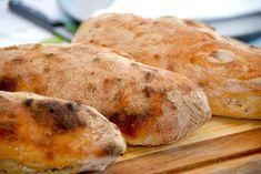 Opskrift på verdens mest sprøde ciabattabrød. Hemmeligheden er en rimelig tynd dej, der får lov at hæve i fem timer, og som giver luftige brød.