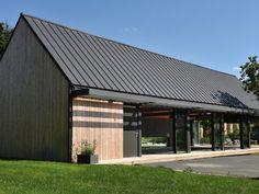 Très résistante à l'eau et facile à travailler, la toiture zinc s'adapte à la région et protège largement le lieu. Sa couleur aux reflets bleutés magnifie l'espace. Xavier Pageot a misé sur la pose d'un bardage bois vertical.