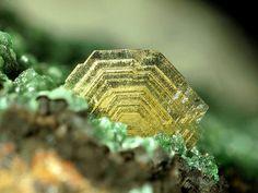 Barite (BaSO4) 7.AD.35  Baryt-Gruppe)  7: Sulfaten (Selenate, Tellurate, Chromate, Molybdate, Wolframate)  A: Sulfaten (Selenate, etc.) ohne zusätzliche Anionen, ohne H 2 O  D: Mit nur großen Kationen