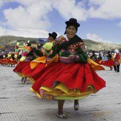 Se celebra Virgen de la Candelaria en Perú. Es el dos de febrero. la celebración es sobre la música, baile, personas llevan disfraz y máscara de increíble. Hay veinticinco mil personas que van.