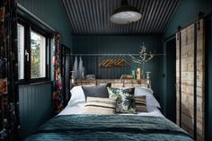 Fotka článku Bath Tub For Two, Crantock Beach, Wool Insulation, Off Grid Cabin, Make Do And Mend, Teal Walls, Rainfall Shower, Exposed Wood, Wet Rooms
