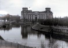 """Der Reichstag im Herbst 1988 (Blick von der Führungsstelle II der Grenztruppen der DDR). Rechts im Bild die Reste der ehemaligen Kronprinzenbrücke. Links neben dem Reichstag ist der Beobachtungsturm """"Reichstagsufer"""" zu sehen."""