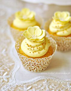 I would love having these beautiful cupcakes in my wedding reception. Some people enjoy cupcakes more than a slice of cake, so I want them to have a little something to delight them at the reception. The go perfectly with the color scheme also! Gold Cupcakes, Flowers Cupcakes, Yellow Cupcakes, Pretty Cupcakes, Beautiful Cupcakes, Oreo Cupcakes, Yummy Cupcakes, Wedding Cupcakes, Chocolate Cupcakes