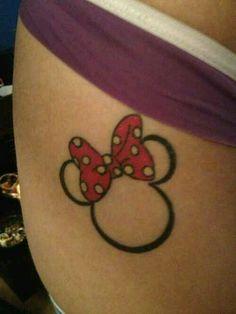 Minnie tattoo. Very cute (Weiss statt schwarz und leicht rosa Schleife unregelmäßig ausgemalt)