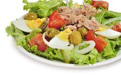 Aunque el buen tiempo se muestra tímido este año, las ensaladas se convierten más deliciosas en épocas calurosas. ¿Os apuntáis a una de atún? Os enseñamos nuestra receta