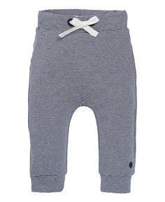 Noppies new born jongens basis broekje met een klein streepje print. Het comfortabele zachte broekje is voorzien van een koortje bij de middel voor extra draagcomfort.