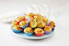 Matmuffins med skinke og vårløk. Populær skolemat å ha med i sekken. 1 porsjon gir 6 store eller 12 små muffins.