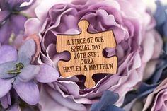 Rätsel und Puzzle-Teile, werden oft verwendet, um die komplizierte symbolisieren und oft verschlungenen Wege unseres Lebens nehmen. Wahre Liebe zu finden ist wie wenn man das letzte Puzzleteil einrastet. Es ist einfach befriedigend. Wenn Sie schauen, um eine Hochzeit mit einem Kindheit