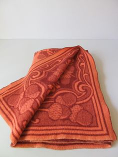 I love the colors and acorn motiv of this wool blanket. St. Moritz!