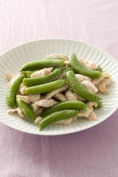 スナップえんどうの甘みとシャキシャキの歯ざわりが、そのまま楽しめるシンプルな炒めもの。鶏肉には片栗粉をまぶしておき、ふっくらと仕上げます。
