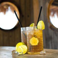 Bio-Eistee-Rezept aus Schwarztee mit Orangen- und Zitronensaft Orange, Moscow Mule Mugs, Tableware, Juice, Lemon, Iced Tea Recipes, Dinnerware, Tablewares, Dishes