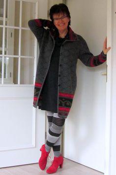 Schurwolle-Strickmantel mit Strumpfhosen und roten Schnürern