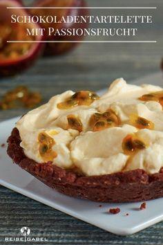Eine tolle Kombination aus knusprigem Schokoladenboden mit einer fruchtigen Passionsfruchtcreme. Mit der säuerlichen Passionsfruchtfüllung schmecken diese Tartelettes vor allem im Sommer sehr gut.