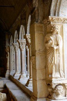 Dans le cloître de la Cathédrale Saint-Trophime d'Arles, Bouches-du-Rhône Fos Sur Mer, Architecture Old, France, 12th Century, Romanesque, Provence, Habitats, Saints, St Jacques