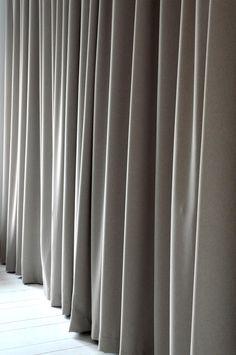 Veckbandslängd som faller tungt och vackert och har en matt yta som ser ut som ull. Denna gardin passar bra att ha där man ska använda och dra gardinen ofta, t ex framför garderober eller i stora fönsterpartier då den inte skrynklar och dess otroligt fina fall gör att den alltid kommer tillbaka på rätt plats. Gardinen har dubbelt upplägg nedtill så att gardinen får rätt tyngd. Tyget är Oeko-Tex® Standard 100 certifierad, vilket är en garanti för att det inte innehåller hälsovådliga ämnen. 1…