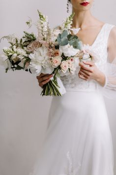 30 Non-Traditional Wedding Bouquet Ideas Blush Wedding Flowers, White Wedding Bouquets, Bride Bouquets, Flower Bouquet Wedding, Floral Wedding, Sweet Pea Wedding Flowers, Blush Winter Wedding, Wedding Colors, Sweet Pea Bouquet