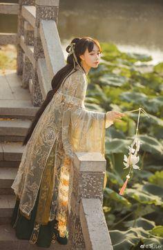 my hanfu favorites — Traditional Chinese hanfu & lotus lantern. Hanfu, Chinese Clothing Traditional, Traditional Dresses, Asian Fashion, Pretty Dresses, Asian Beauty, Lotus, Glamour, Cosplay