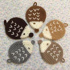 上記のサイトでは、こんなにかわいいハリネズミのアクリルたわしの作り方レシピを保存することができます。 Crochet Animals, Crochet Toys, Knit Crochet, Crochet Stitches, Crochet Baby, Handmade Crafts, Diy And Crafts, Arts And Crafts, Modern Crochet