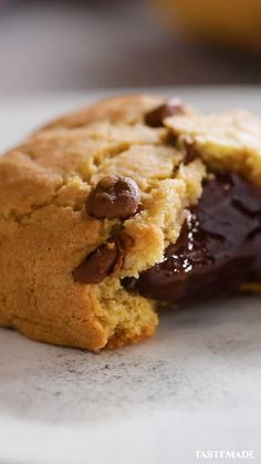 Upgrade your chocolate chip cookies with this gooey brownie batter filling. Upgrade your chocolate chip cookies with this gooey brownie batter filling. Baking Recipes, Cookie Recipes, Delicious Desserts, Yummy Food, Cookies Et Biscuits, Cream Cookies, Chocolate Recipes, Homemade Chocolate, Desert Recipes