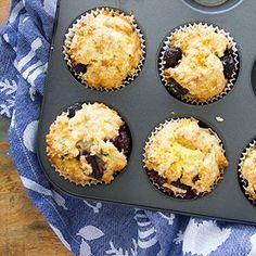 Yes 🙌 voor deze muffins met blauwe bessen en sinaasappel kom je wel je bed uit! In plaats van boter gebruikte ik ricotta en dat smaakt verrassend lekker 😍. . De directe link naar het recept staat in m'n bio.