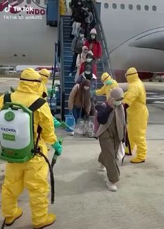 Corona Virus 🦠 Airport Security measures for passengers traveling by plane. Video by: @ Cute Baby Videos, Best Funny Videos, Funny Video Memes, Funny Jokes In Hindi, Jokes Pics, Funny Images, Funny Pictures, Whatsapp Videos, Happy Birthday Video
