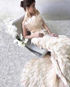 & Acabo de descubrir esta firma serbia y acabo de alucinar con sus vestidos, faldas y chaquetas de plumas. Wedding Dress With Feathers, Feather Dress, Feather Wedding Dresses, Confident Woman, Beautiful Outfits, Beautiful Clothes, Pretty Dresses, Bridal Dresses, Designer Dresses