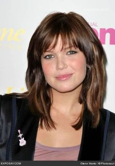 Hairdressing Advice That Will Keep Your Hair Looking Great. Are you affected by constant bad hair days? Do you feel as if you have tried everything possible to get manageable hair? Do not stress about your hair, rea Celebrity Hairstyles, Hairstyles With Bangs, Haircuts, Hairstyle Ideas, Mandy Moore Hair, Medium Hair Styles, Short Hair Styles, Long Hair Tips, Hair Pictures