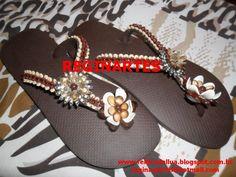 Chinelo da marca havaianas decorado com pedraria e peça central com strass