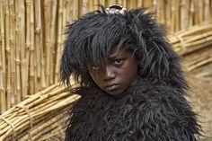 Rwanda werd gekweld door een van de ergste burgeroorlogen ooit. Inmiddels is dat alweer twintig jaar geleden en opent het land meer en meer haar deuren voor toeristen. Met als sterkste troef de unieke berggorilla. Ik was bij de naamgeving van de jonge dieren en ging natuurlijk ook op gorillasafari.