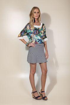 Blusa estampada com saia de listras azul marinho e branco.