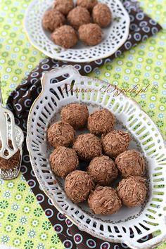 Małe, miękkie, czekoladowe kulki z mlecznej czekolady, słodkiej śmietany i małej ilości masła. Trufle obtoczyłam w wiórkach czekoladowym, które można...