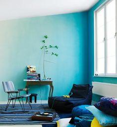 kleines zimmer mit blauen wänden sessel, teppich - 62 kreative Wände streichen Ideen – interessante Techniken
