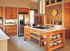 Esta cocina combina los rústico y lo moderno, donde conviven paredes estucadas, muebles de madera de cedro, mesadas Corian y artefactos de acero inoxidable.
