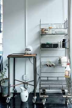 Workspace Inspiration, Interior Design Inspiration, Space Furniture, Furniture Design, Inside A House, Smart Tiles, Shelf Design, Loft, Fashion Room