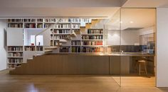Book shelves and kitchen side by side - RA Apartment in Barcelona by Francesc Rifé Studio Bauhaus, Home Interior Design, Interior Architecture, Bulthaup Kitchen, Interior Stair Railing, Agi Architects, New Staircase, Staircases, Barcelona Apartment