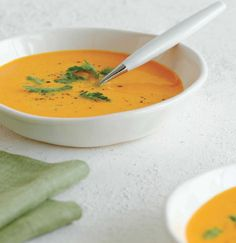 Thai Thai-style Carrot Soup with Chrysanthemum Leaves Soup Thai Recipes, Cooking Recipes, Healthy Recipes, Lamb Pasta, Healthy Steak, Vegan Sauces, Carrot Soup, Thai Style