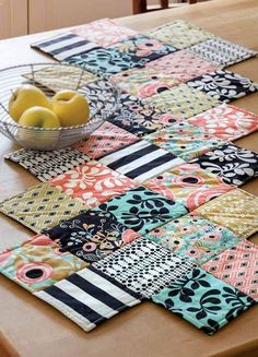 Enjoy the digital zig-zag runner pattern from the Summer 2013 issue of Quilting Quickly … - Diy Sewing Projects Easy Sewing Projects, Sewing Projects For Beginners, Quilting Projects, Sewing Hacks, Sewing Crafts, Sewing Tips, Sewing Tutorials, Scrap Fabric Projects, Sewing Ideas