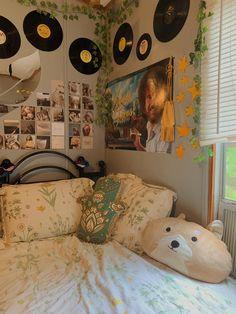 the records Indie Bedroom, Indie Room Decor, Cute Room Decor, Aesthetic Room Decor, Grunge Bedroom, Room Design Bedroom, Room Ideas Bedroom, Bedroom Decor, Bedroom Inspo