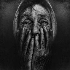Je kan gewoon het verdriet en de verbazing in de ogen van de vrouw zien.