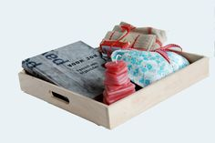 Hartverwarmend kadopakket op blankhouten dienblad (35x35) met kook-doeboek, handgeweven keukentextiel en nog wat kleine kadootjes. Daar kun je mee binnenkomen!