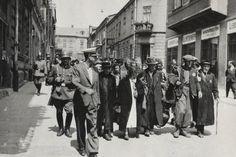 Abfahrt ins KZ:  Soldaten treiben polnische Juden im Getto der Stadt Chrzanów...