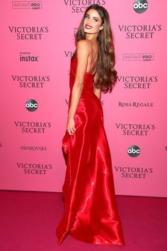 Victoria's-Secret-After-Show-Party Outfits - Lady in Red: Victoria's-Secret-Model Taylor Hill kam in einem roten Abendkleid. Source by millgramm - Taylor Marie Hill, Taylor Hill Style, Taylor Hill Hair, Victoria Secret Angels, Victoria Secret Fashion Show, Victoria Secret Dress, Irina Shayk, Victoria's Secret Models, Victoria's Secret