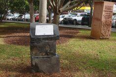 Placa grabada sobre acero inoxidable sobre monolito de piedra.  (Santa Cruz de Tenerife)  Tertulia Amigos del 25 de Julio  Ayuntamiento de Santa Cruz de Tenerife Autoridad Portuaria de Santa Cruz de Tenerife
