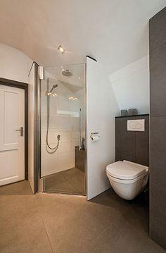 Sealskin badkamer, met Sealskin duka 2100 swingdeur voor nis. (foto: Aqualux Den Helder)